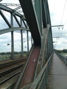 Fußgängerweg über den Rhein außerhalb der Bögen