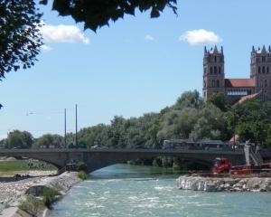 Arbeiten an der kanalisierten Isar im Mai 2009, dahinter der westliche Bogen