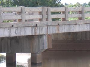 Auflagerung der einfachen Stahlbetonbrücke zum Schutz vor Hochwasser in der Regenzeit