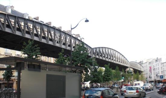Pariser Metro M6 am Boulevard Grenelle