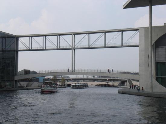 MEL-Steg mit Calatravas Kronprinzenbrücke im Hintergrund