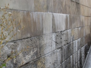 Neu auf Alt: Die alten Natursteine tragen die neuen Wände