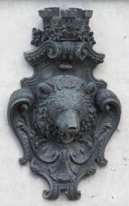 Berliner Bärenkopf, gekrönt mit den Zinnen der Stadt