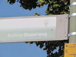 Der Berliner Mauerweg führt über die Brücke