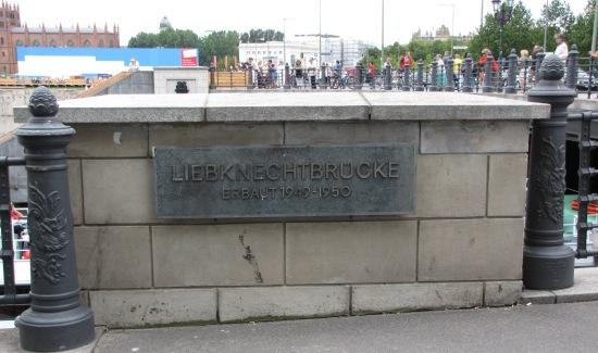 Informationstafel an der Liebknechtbrücke, im Hintergrund die Friedrichwerdersche Kirche