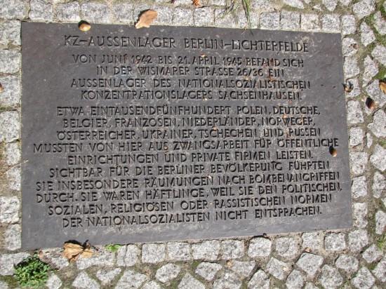 Inschrift des Denkmals am norwestlichen Ufer des Teltowkanals