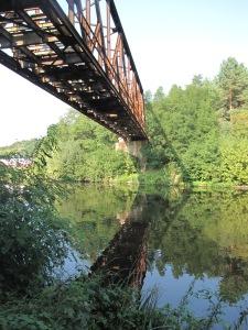 Parallelgurtige Fachwerkbrücke im Spiegelbild.