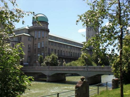 Boschbrücke: Zugang zum Deutschen Historischen Museum