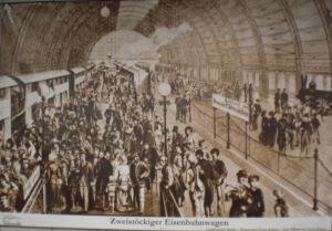 Doppelstockzug auf dem ursprünglichen Ost-Westbahnhof des Bf. Friedrichstr.