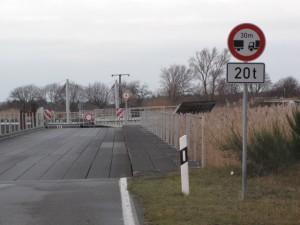zufahrt-auf-die-pontonbrucke neben der Meiningenbrücke