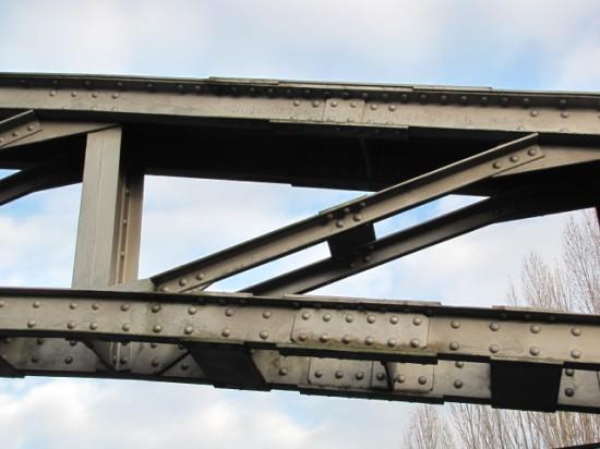 ponton-Fachwerkbogen der Fußgängerbrücke mit Inschrift Königshütte o/s