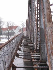 ehemaliger Fußgängerweg der alten Fachwerkbrücke