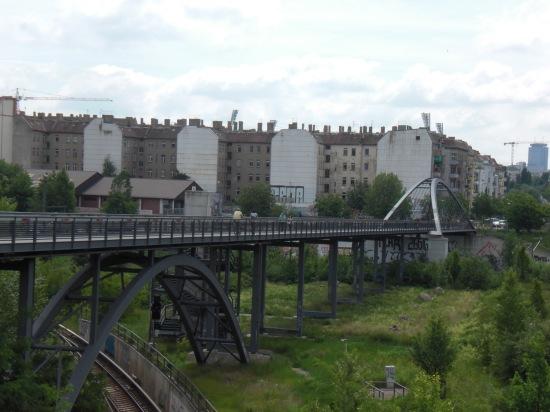 Schwedter Steg: Fußgänger und Radfahrerbrücke von der Behmstrapenbrücke gesehen