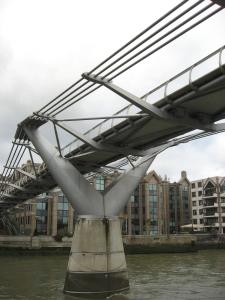 Brückenpfeiler der Milleniumbrücke