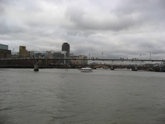 Blick zur Milleniumbrücke über die Themse