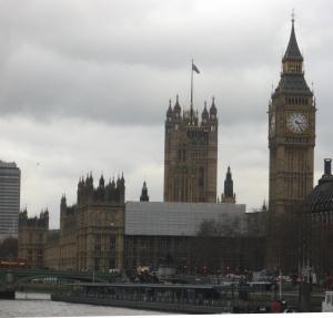 Die berühmte Westminster Abbey mit Big Ben am südlichen Themseufer