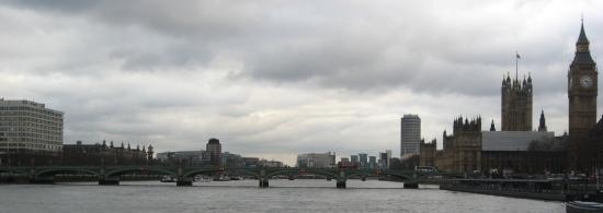 ponton-Blick auf die Westminster Bridge mit Big Ben