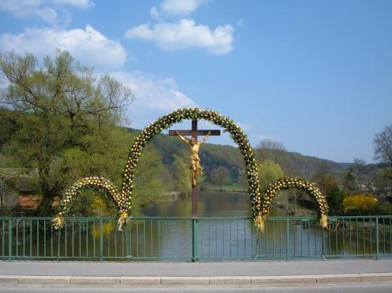 Ponton-Brücke im Spreewald mit Sorbischem Osterschmuck