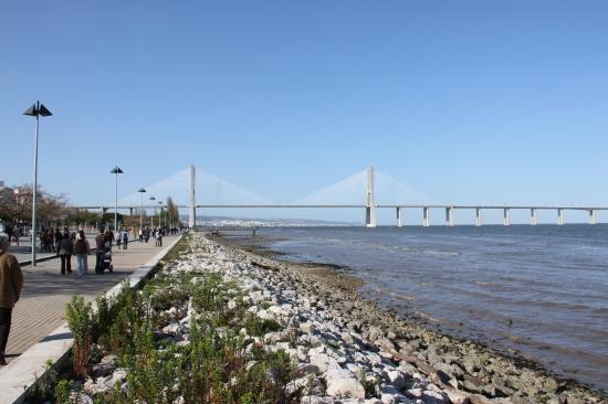 Vasco da Gama Brücke vom Ufer aus gesehen