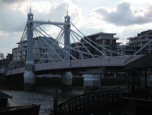 Portal der Albertbrücke vom gegenüberliegenden Ufer aus gesehen