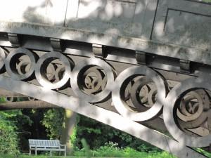 Detail der parallelen gusseisernen Bögen