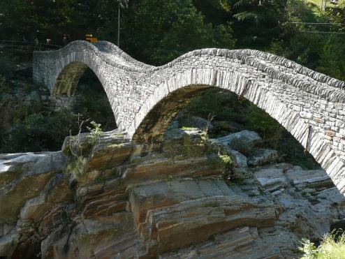 Ponte dei Salti in Lavertezzo über den Fluss Verzasca