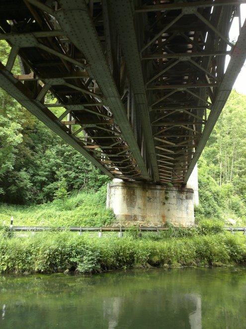 Untersicht einer Pegnitztalbrücke, stellvertretend für alle alten Stahlbrücken der Deutschen Bahn im Pegnitztal