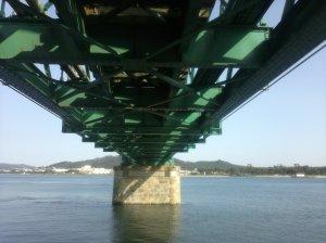 Untersicht der Brücke vom nördlichen Ufer aus gesehen