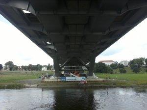 Untersicht der Waldschlösschenbrücke vom Schiff aus gesehen