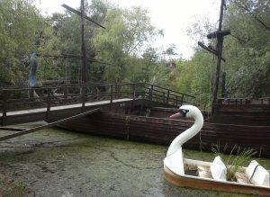 Die Brücke wird scheinbar nur noch vom Drachen (boot) getragen...