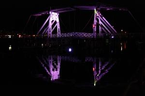 Die Holzklappbrücke spiegelt sich im Ryck