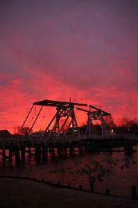 Ein phantastischer Blick auf die Brücke im Licht der untergehenden Sonne.